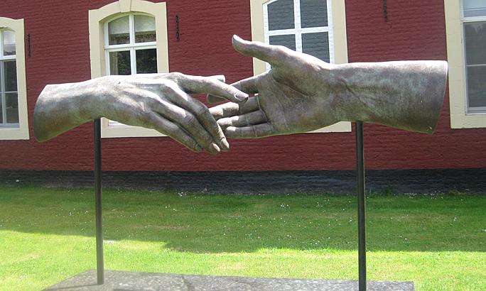Elkaar ontmoetende handen
